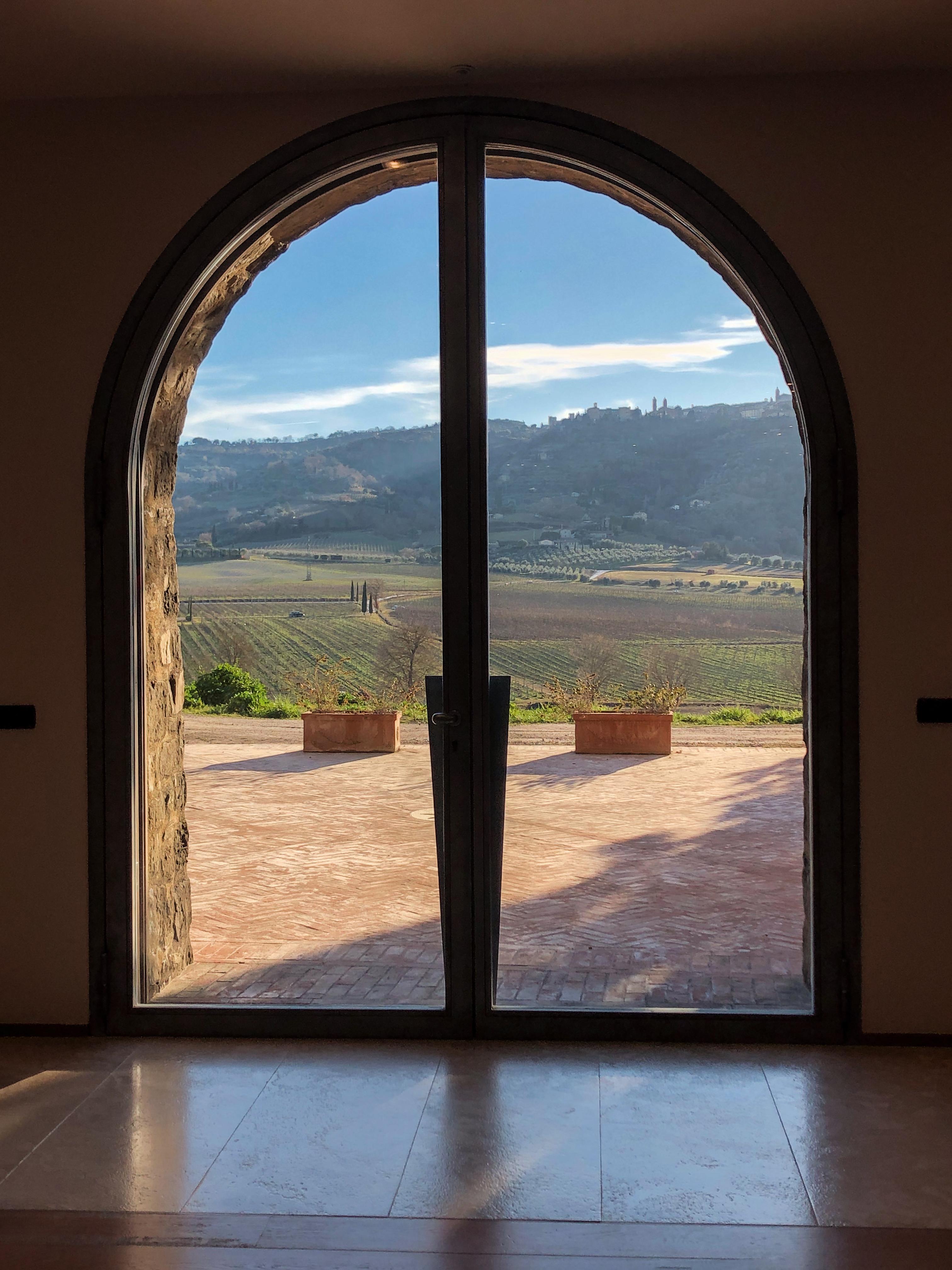 Pacenti-Fenster-Blick-auf-Weingut-151908000